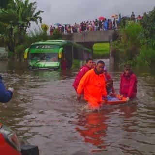 foto timsar dan warga sedang membantu korban banjir di padang panjang