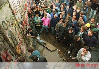 Pessoas derrubando o Muro de Berlim