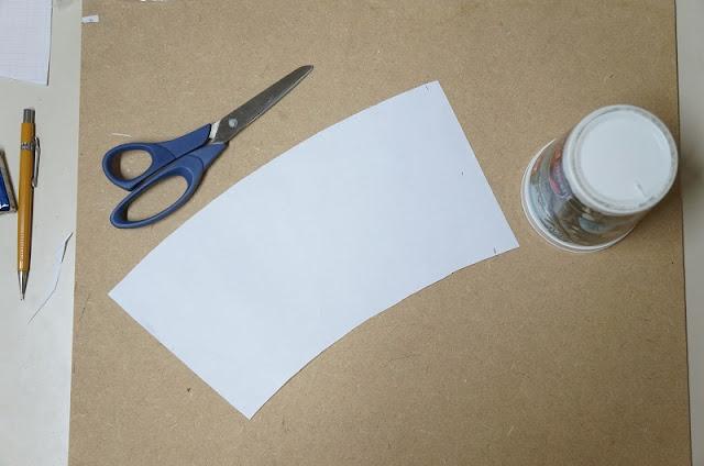 Tentei de algumas maneiras fazer o molde do copo, mas a que deu certo foi enrolar o papel A4 em torno dele - blog Carina Pedro