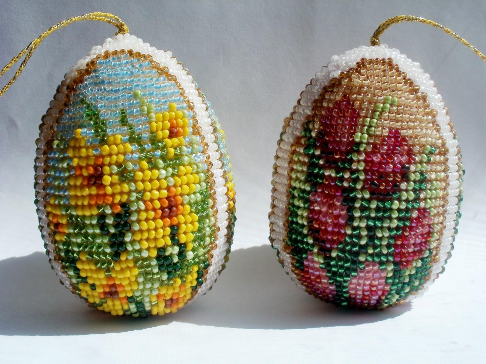 Уже остается совсем мало времени до Пасхи и я предлагаю пять красивых схем для пасхальных яиц оплетенных бисером.