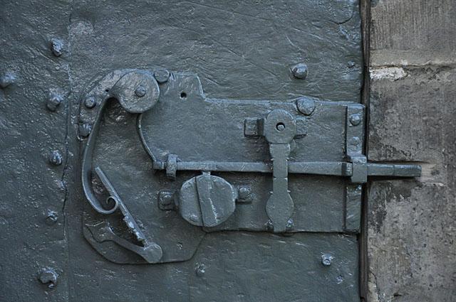 Końskie, kolegiata p.w. św. Mikołaja. Zamek drzwi w południowej ścianie kościoła
