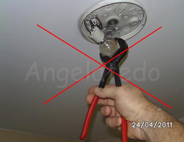 C mo cambiar una bombilla fundida angelatedo - Como colocar una lampara ...