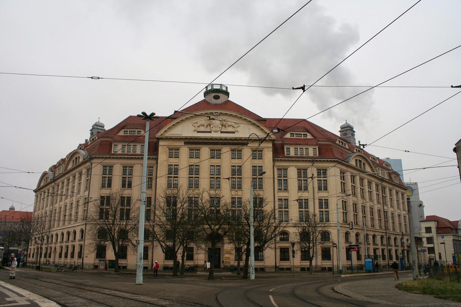"""Das Gebäude """"Städtisches Leihhaus"""" befindet sich am heutigen Wilhelm-Liebknecht-Platz (damaligen Yorkplatz) im Leipziger Stadtteil Gohlis und wurde von 1912 bis 1913 erbaut - aktuell ist das Finanzamt der Stadt darin beheimatet"""