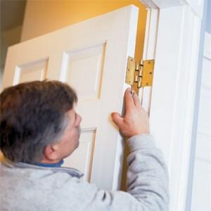 Cara perbaiki bunyi pada pintu rumah