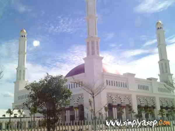 Masjid Raya Mujahidin tampak dari luar. Mohon maaf fotonya tidak jernih dan tidak utuh. Karena memfotonya dari balik jendela mobil.  Setidaknya ini foto aseli jepretan karya sendiri.  Foto Asep Haryono