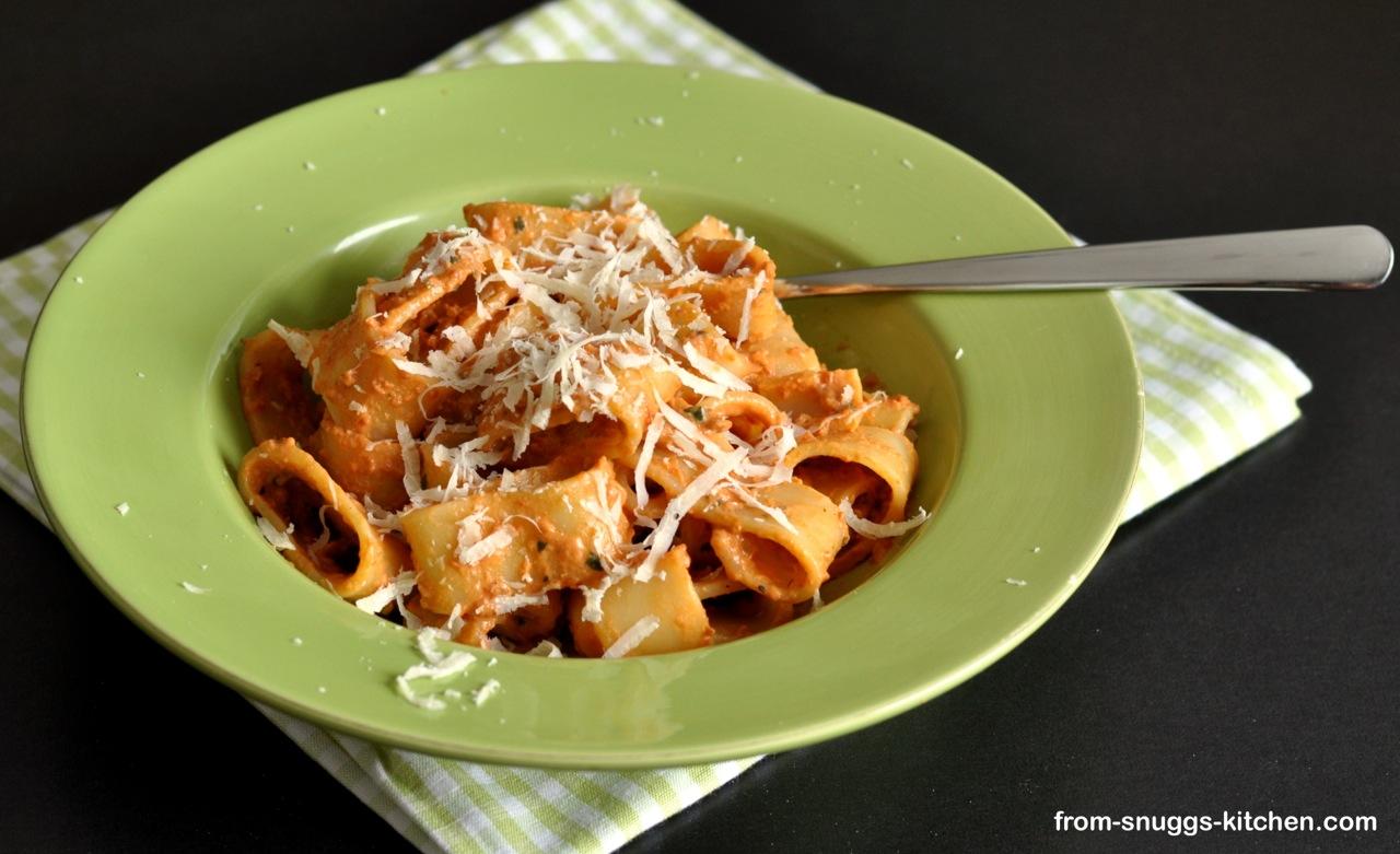 Pasta mit cremiger Sauce aus getrocknete Tomaten