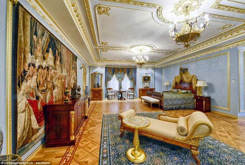 Rubljowka ist ein vorort moskaus der auch als russisches beverly hills bekannt ist derzeit kostet die villa die wie ein palast ausgestattet ist