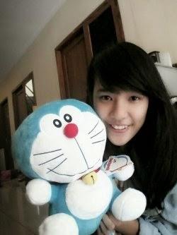 Foto Beby Chaesara Anadila JKT48 Membawa Boneka Doraemon