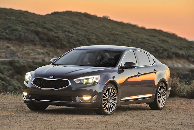 Front 3/4 view of 2013 Kia Cadenza