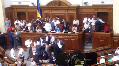 Депутати парламенту затвердили в першому читанні зміни до Конституції