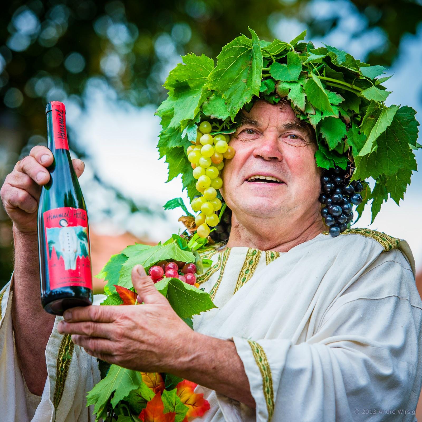 Schauspieler Herbert Graedtke, der Vorsitzende des Fördervereins Internationales Wandertheaterfestival Radebeul, mit der Weinsonderedition 2013. Foto: André Wirsig