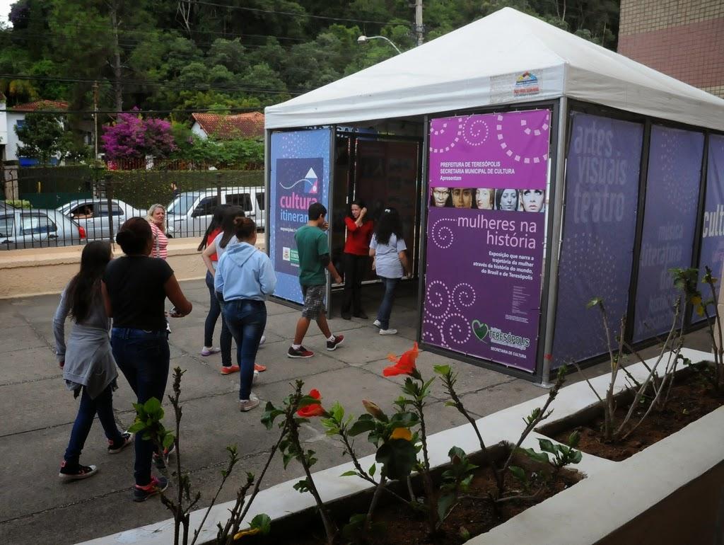 A exposição Mulheres na História está exposta na entrada do Colégio Estadual Hygino da Silveira