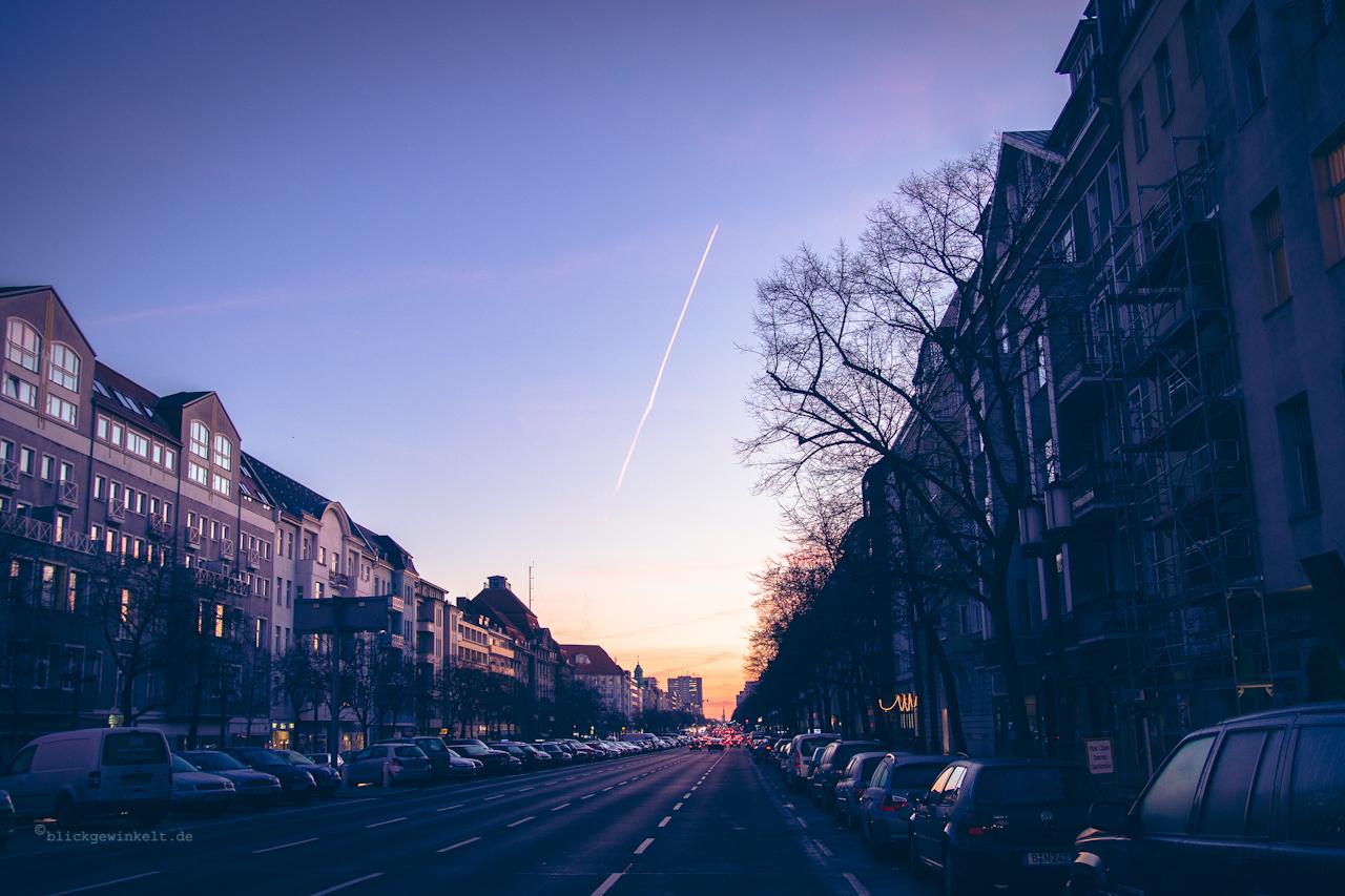 Berliner Straßenzug in der Morgendämmerung