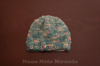 "alt=""handspun yarn, knitted hat, handyed, gorro em tricot, fiado manualmente., tingido manualmente"""