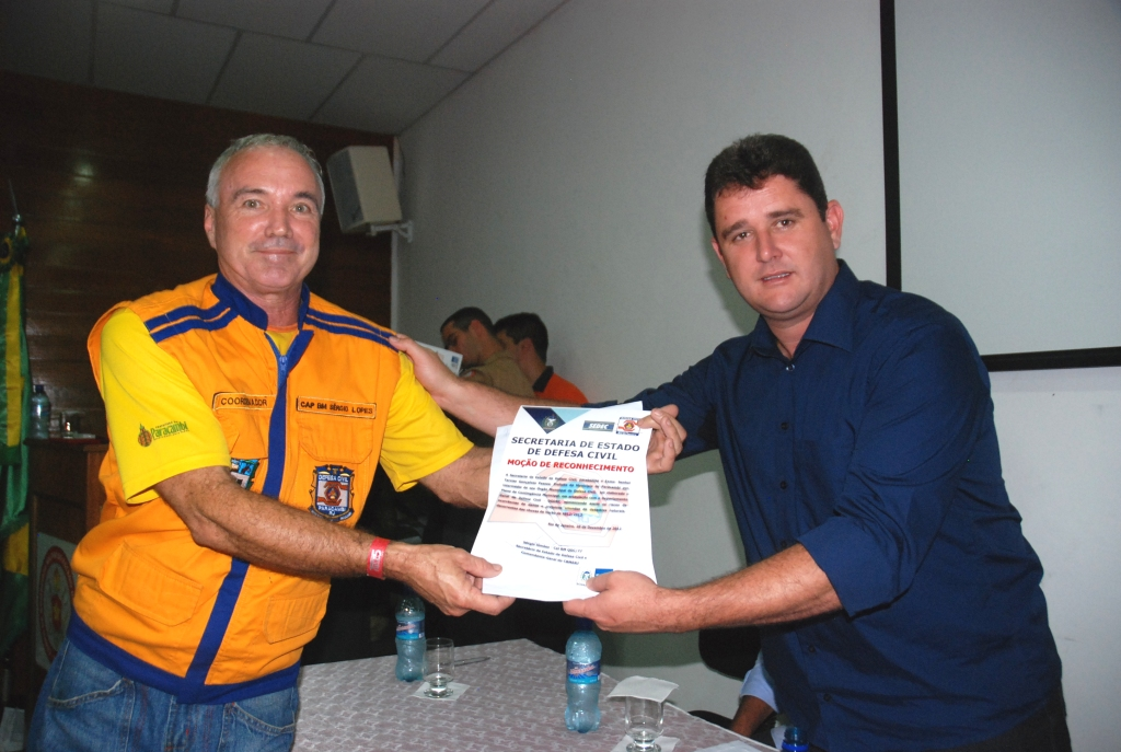 Prefeito Arlei entrega certificado para o Coordenador da Defesa Civil de Paracambi, Capitão Sérgio Lopes