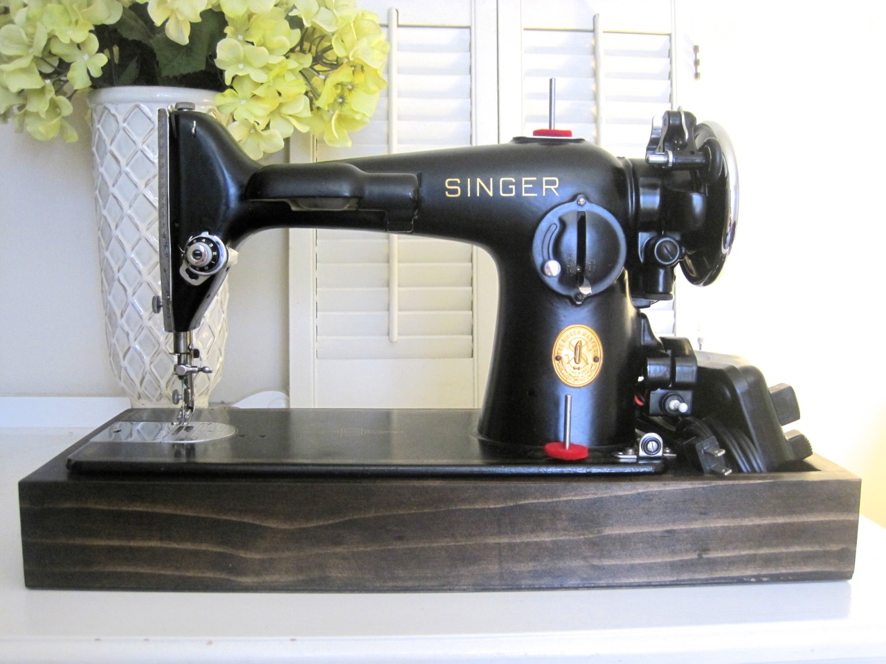 the project lady singer sewing machine wood base tutorial. Black Bedroom Furniture Sets. Home Design Ideas