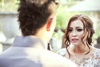 foto ekspresi pengantin perempuan ketika sedang pengantin laki2 mengucapkan janji pernikahan