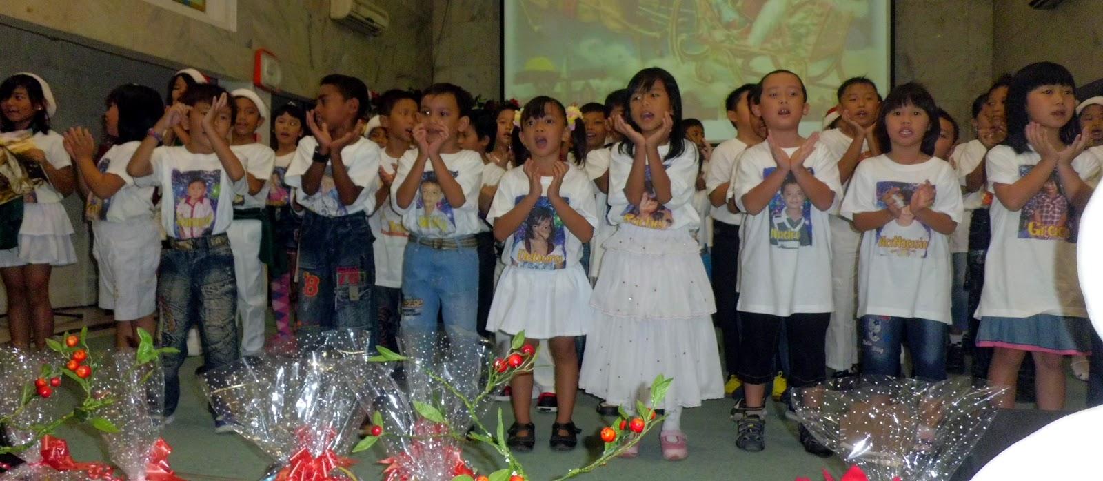 penuh sukacita anak anak mempersembahkan pujian dan tarian natal