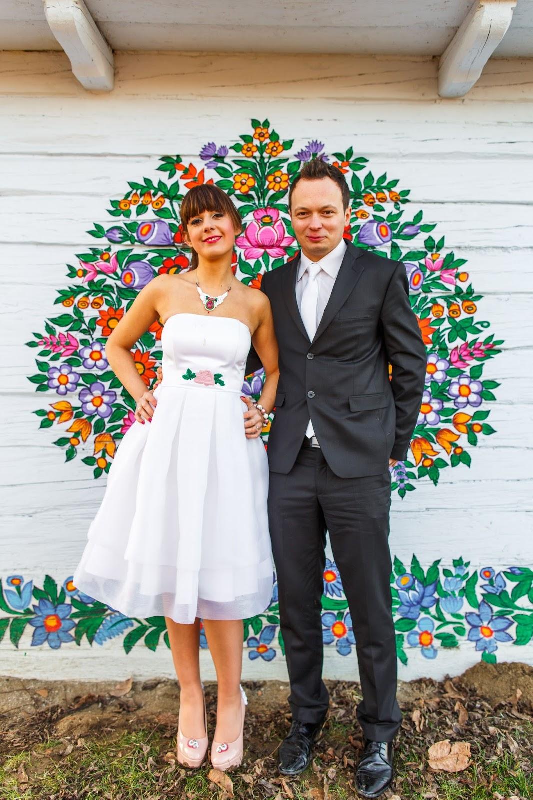 Krótka suknia ślubna w stylizacji folkowej