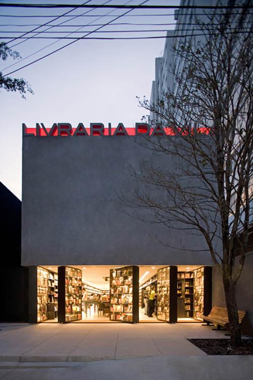 Livraria shopfront open