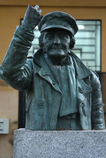 Esculturas rockeras Estatua_homenaje_abuela_rockera