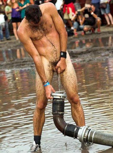 Hombre desnudo meando