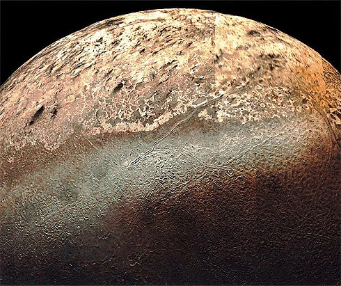 Tritão e as rachaduras em sua superfície