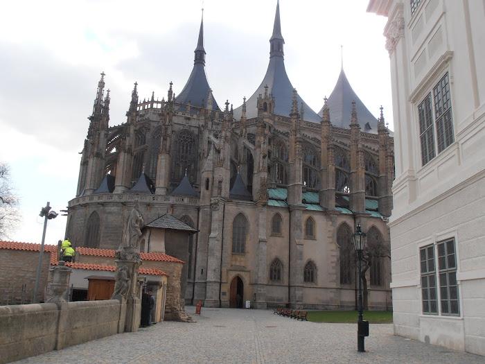 La cathédrale Sainte Barbe et un angle du collège des Jésuites