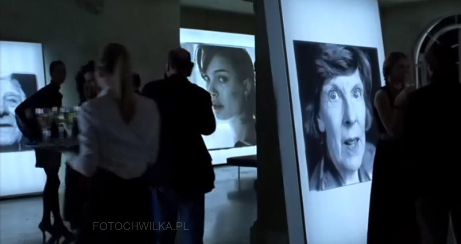 """Scena z filmu """"Bliżej"""" (Closer) - wystawa fotografii Ludzi Nieznanych Julii Roberts"""