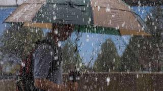 hujan es rusak rumah warga