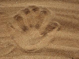 mano disegnata sulla sabbia