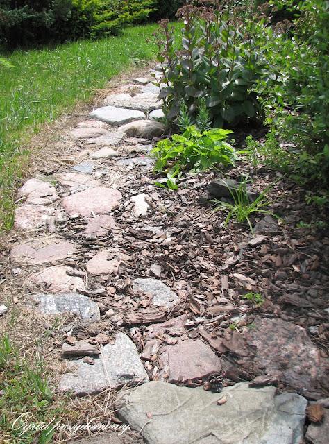 Ogród za grosze: ścieżka z kamieni polnych
