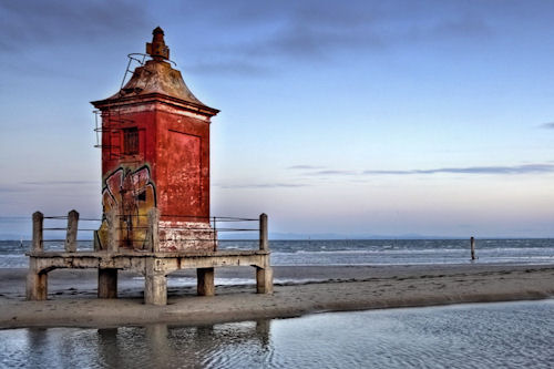 Un faro viejo a las orillas del mar (wallpaper de 1920x1080)