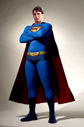 Foto de Superman de cuerpo entero con su famosa capa