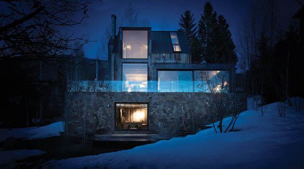Fachada de piedra moderna casa de montaña