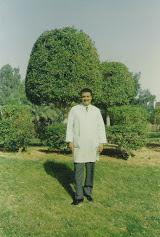 حسن يوسف ندا مدير القسم الطبي البيطري في مزارع الخرج وهذه اخر صورة له قبل ترحيله من السعودية