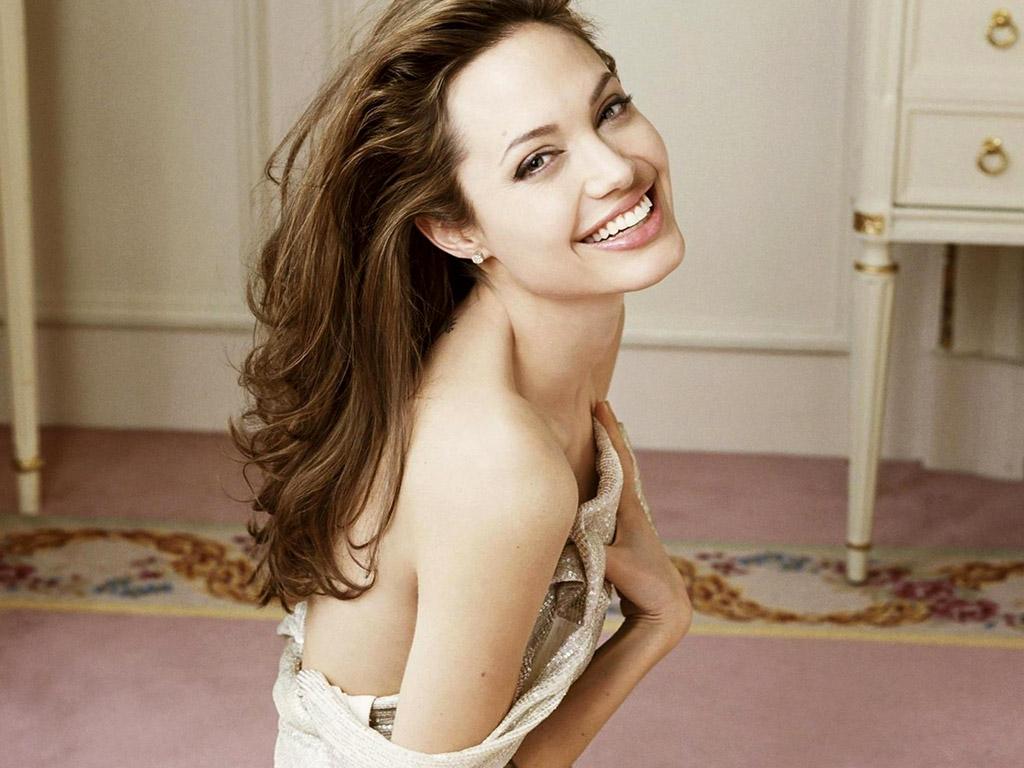 http://2.bp.blogspot.com/-twP4WLjnniI/T5aOAuDMiQI/AAAAAAAAJBs/-PW8SbRHYRM/s1600/Angelina-Jolie-Hot-Wallpaper.jpg