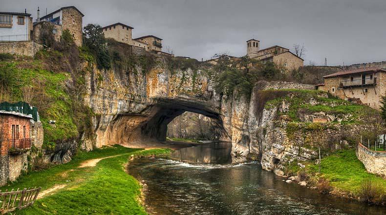Puentedey, Un puente de piedra natural
