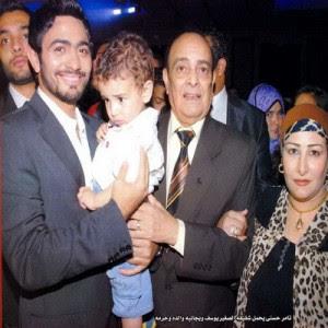 2 صور الفنان تامر حسني وسط اسرته تامر حسني مع والده ووادته وزوجة والده