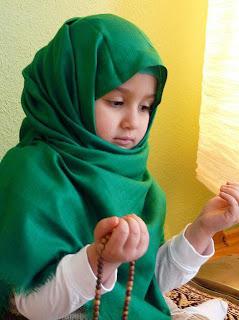 Seorang gadis kecil berdoa