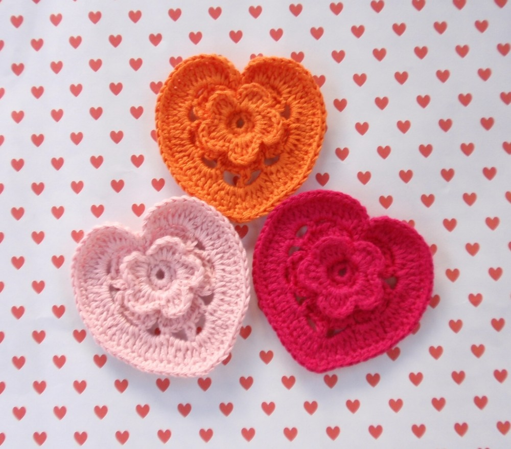 Crochet Heart : http://www.kundhi.com/blog/2010/01/22/tiny-crochet-heart-pattern/