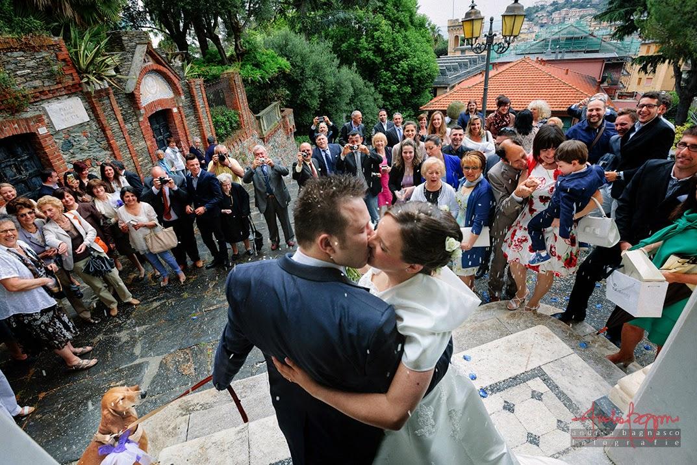 uscita sposi dalla chiesa e bacio con cane matrimonio Arenzano