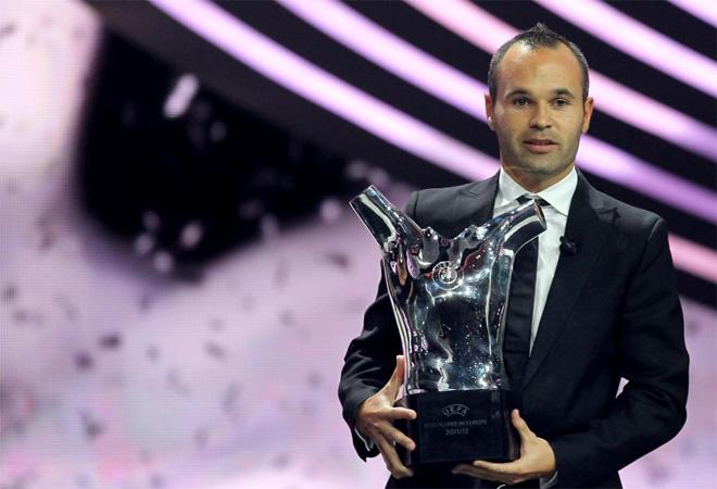 Iniesta recogiendo el premio del mejor jugador de Europa