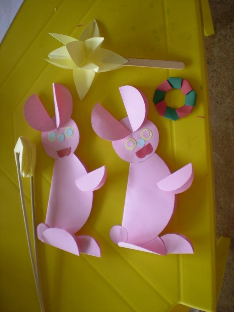 coelhos feitos com circulos de papel PB240106