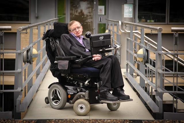 Stephen Hawking afirmou que viajantes espaciais podem terminar em outro universo
