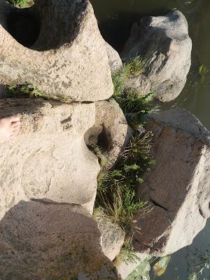 Большое отверстие высверлено в крае скалы и рядом маленькое, Южный Буг