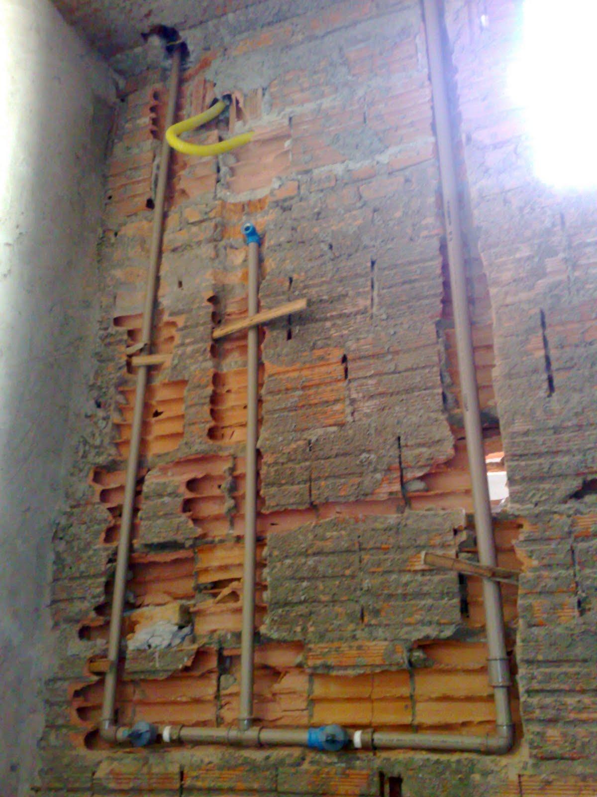 Banheiro social (olha só isso !! precisa destruir tanto a parede  #936638 1200 1600