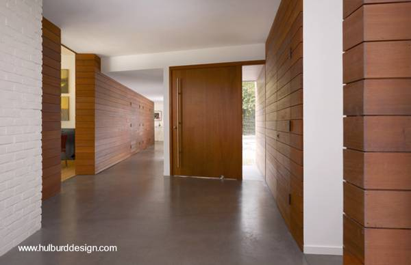 Arquitectura de casas fachada de madera en casa moderna for Modelos de puertas para casas modernas