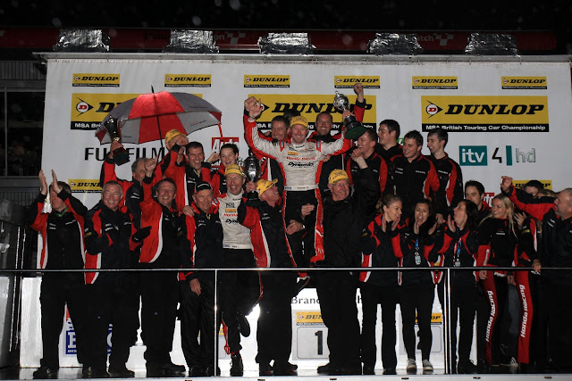 Gordon Shedden and Honda BTCC Team celebrating