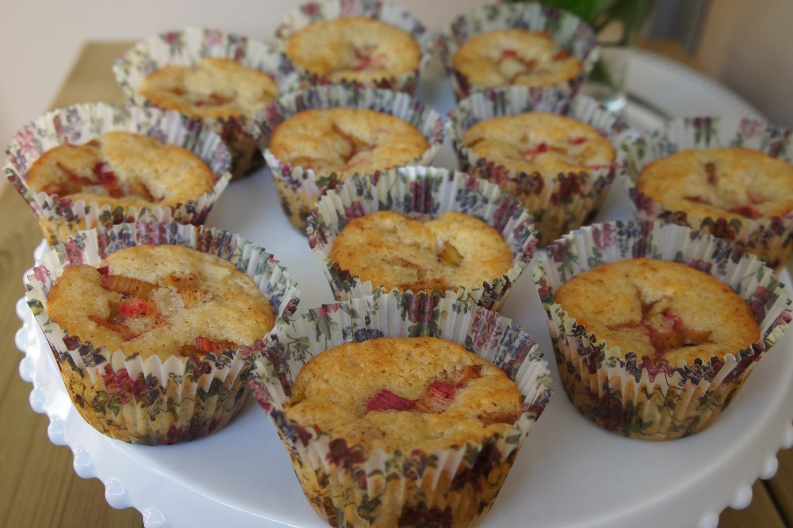 muffins med rabarber och vit choklad